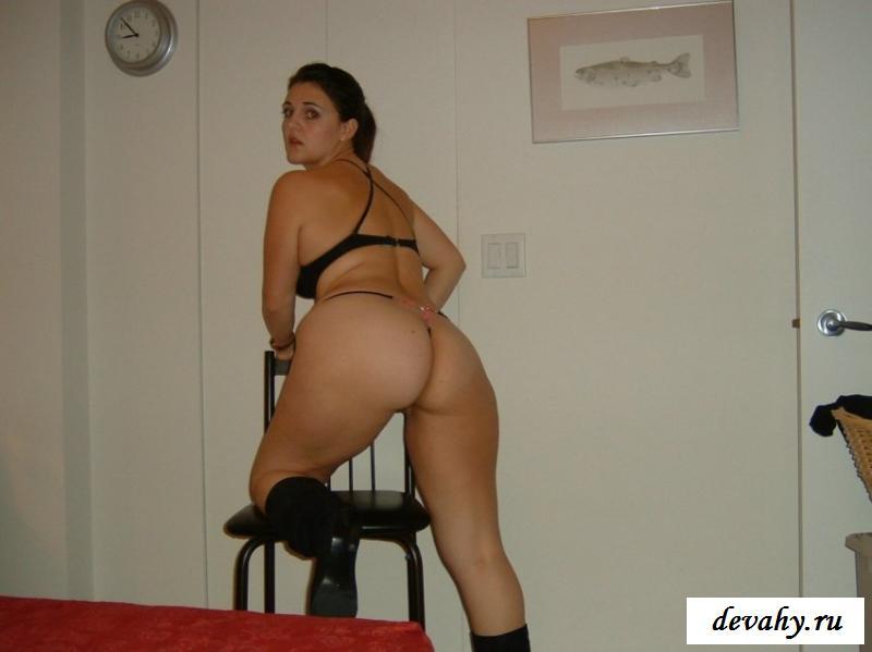 Толстожопая девка блистает голым телом