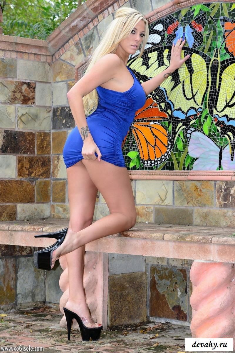 Блондинка с голыми дойками в парке