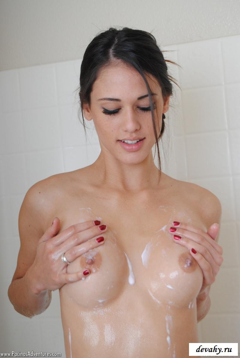 Обнаженная мылит свое тело в душе