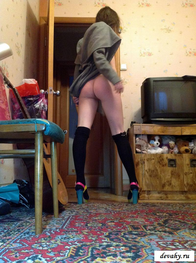 Голая дряная девка бродит без трусов в пальто