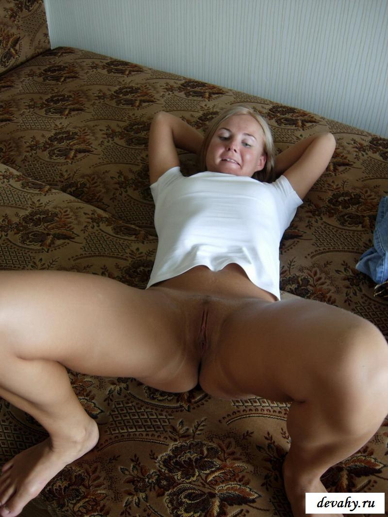 Обнаженная улыбчивая шалава на разложенном диване