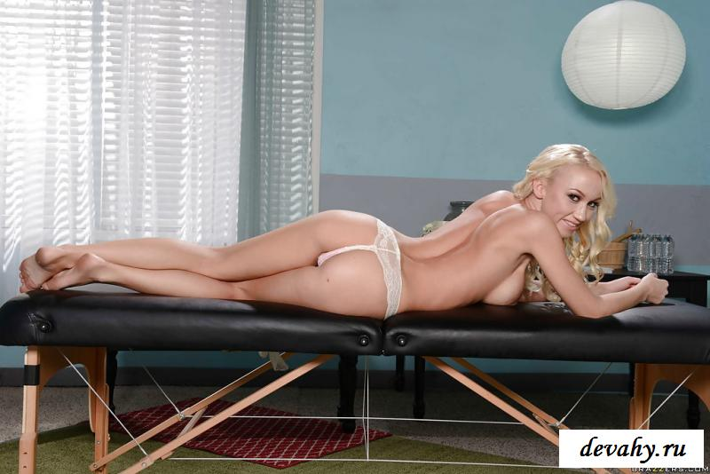 Раздетая блондинка массирует искуственные груди на рабочем месте