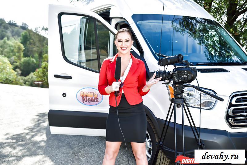 Голая репортерша сняла костюм на камеру