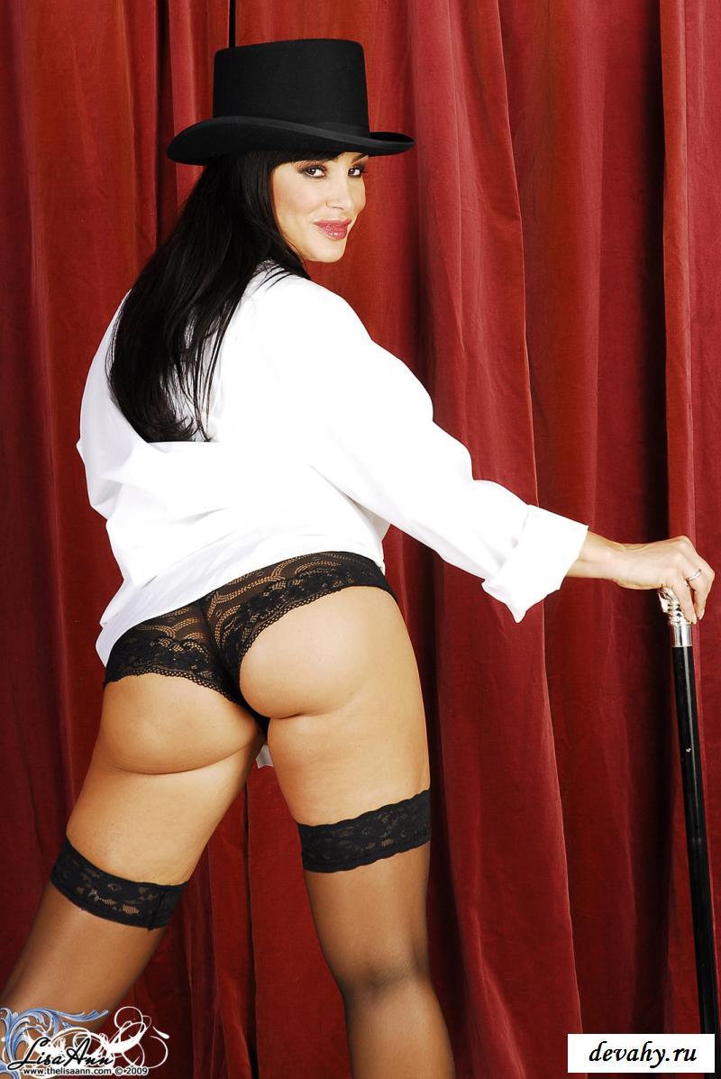 Обнаженная фокусница выступает перед публикой секс фото