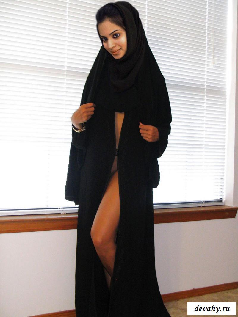 Грудастая обнаженная красавица в хиджабе