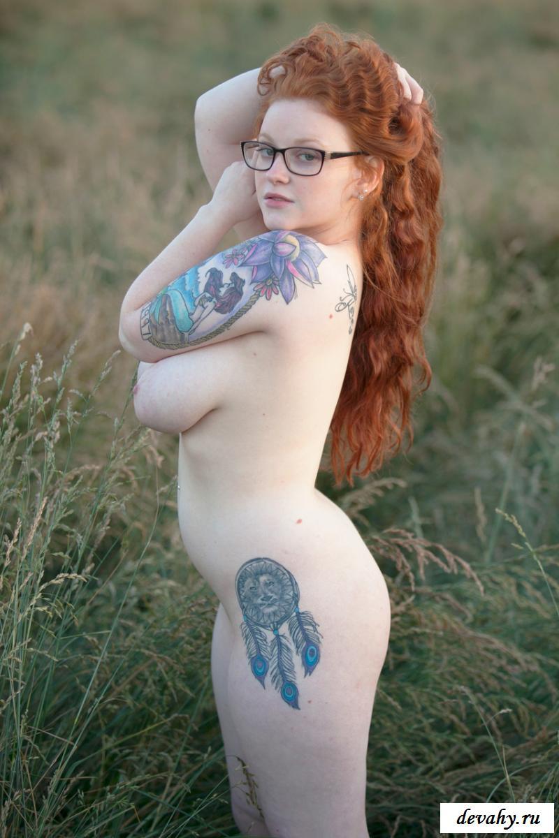 Грудастая раздетая рыжая женщина на природе
