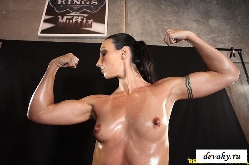 Раздетая начинающая атлетка обнажает мускулатуру