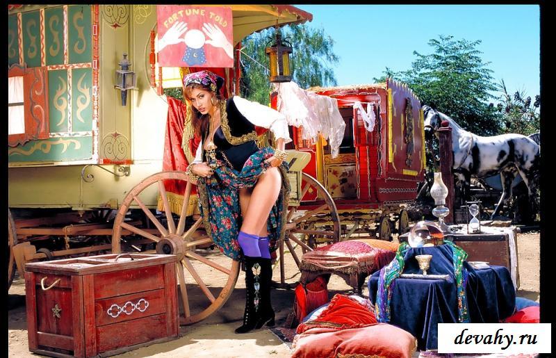 Голая пизда цыганки около кареты на фотках