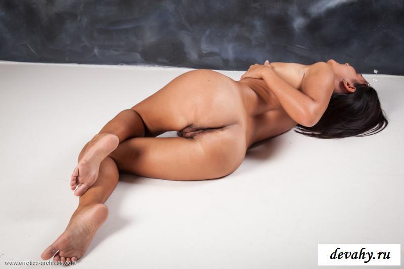 Обнаженная чика раскрывает мохнатую пизду секс фото