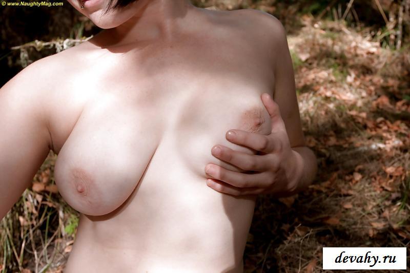 Лесная порнуха с голыми титьками
