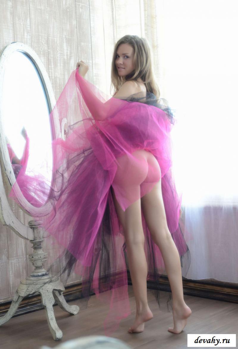 Обнаженная не носит трусов под платьем