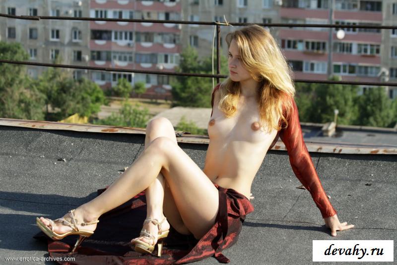 Нагая худая девушка взобралась на крышу многоэтажки смотреть эротику