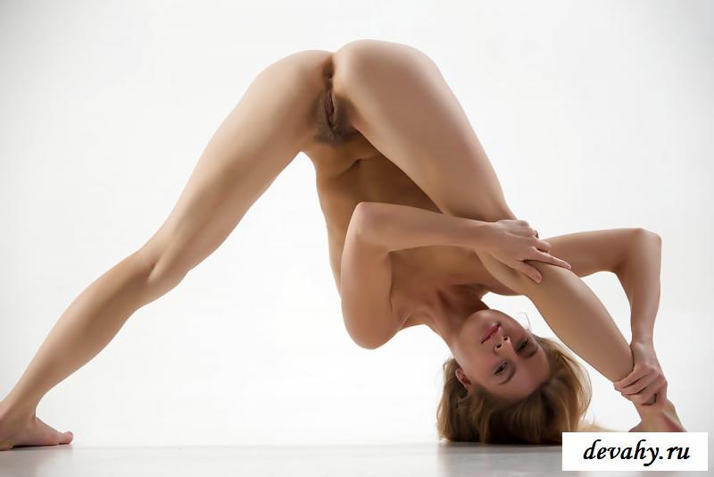 Обнаженная подтянутая милашка с небритой вагиной