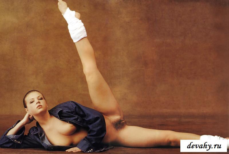 Нагая гимнастка с отличной фигуркой