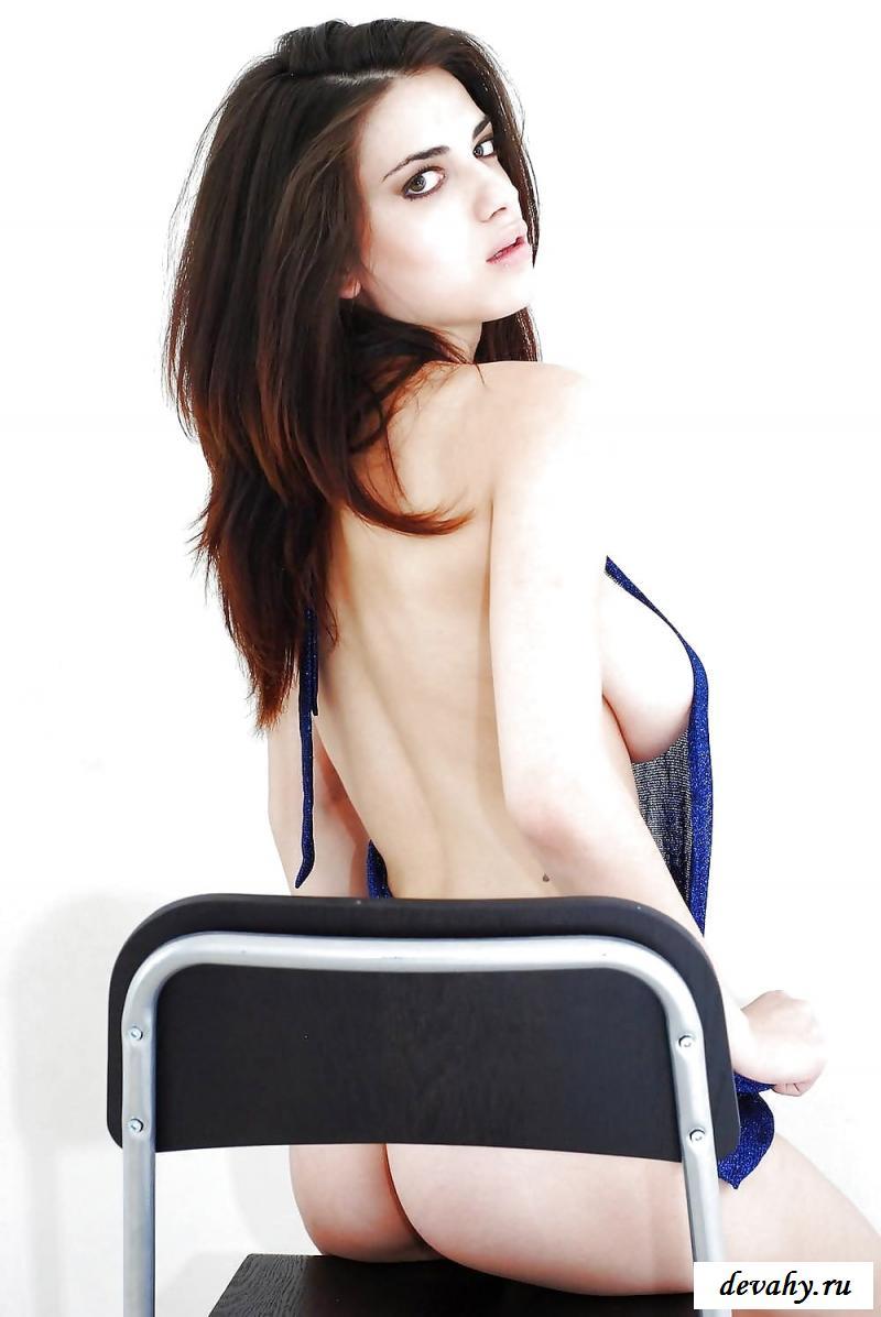 Голая итальянская фрау с прекрасными грудями