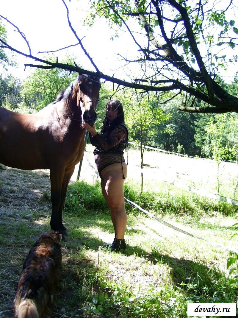 Фото клубничка жопастой женщины-наездницы у коня смотреть эротику
