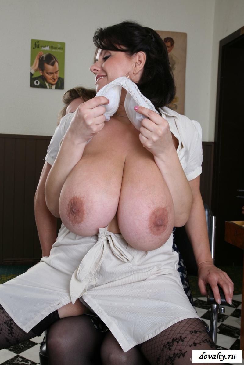 Раздетые тетки играют с гигантскими титьками