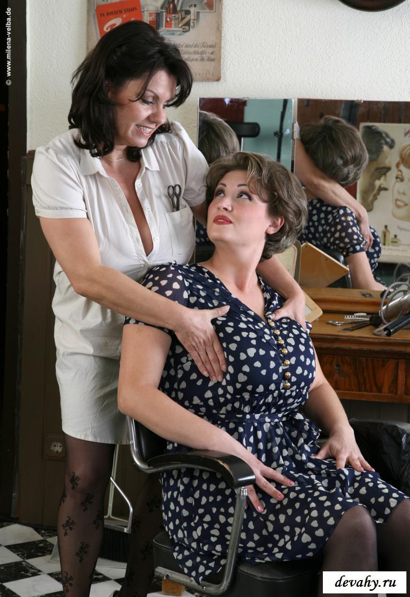 Раздетые тетки забавляются с громадными грудями