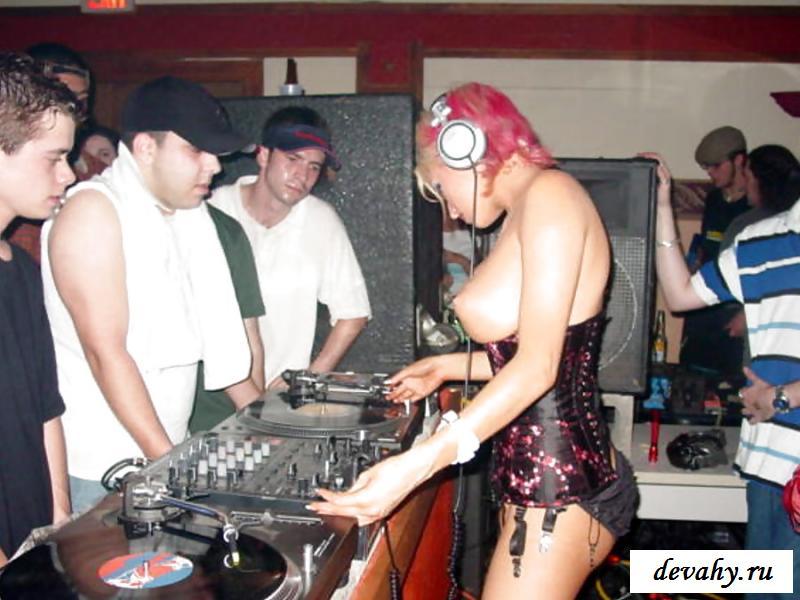 Нагие диджейки в ночных клубах