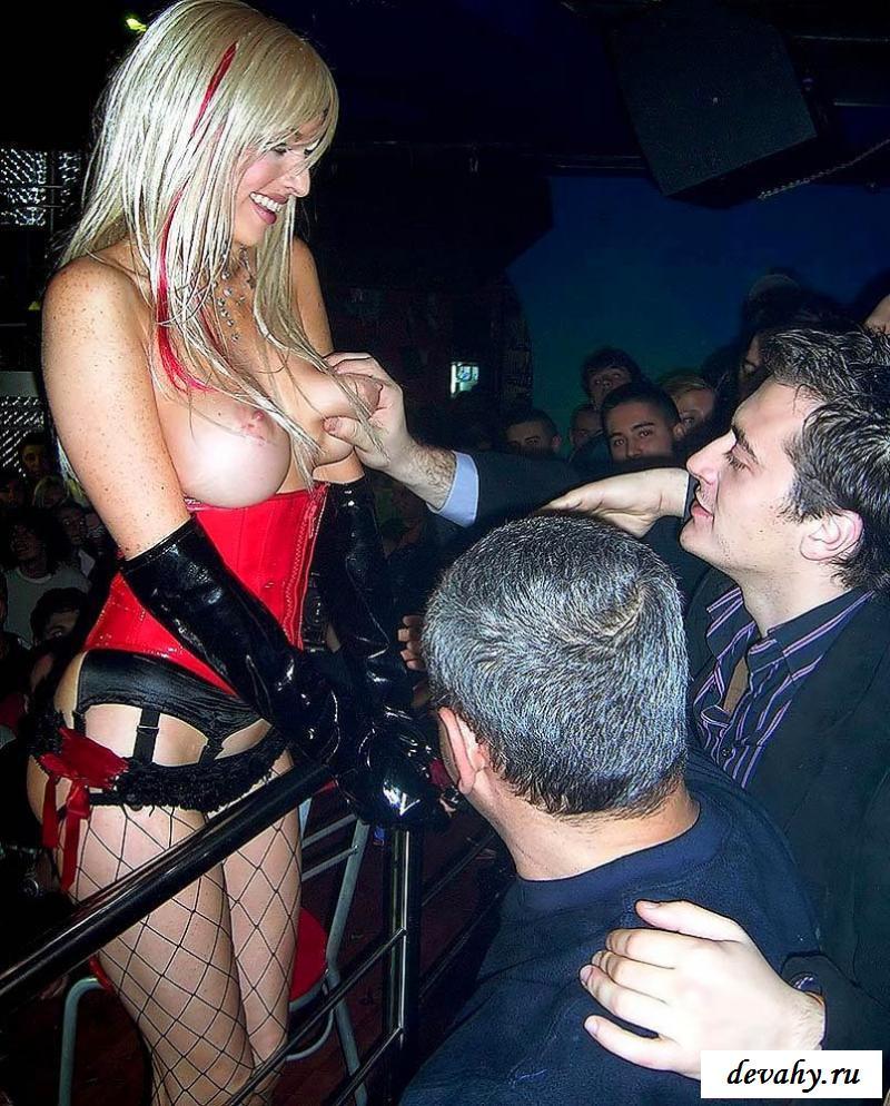 porno-muzhik-lapaet-za-siski-v-klube-porno-loli-video-seks
