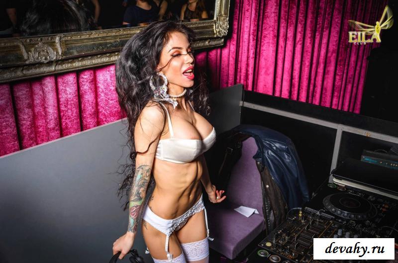 Раздетая DJ Natasha Phoenix на сцене