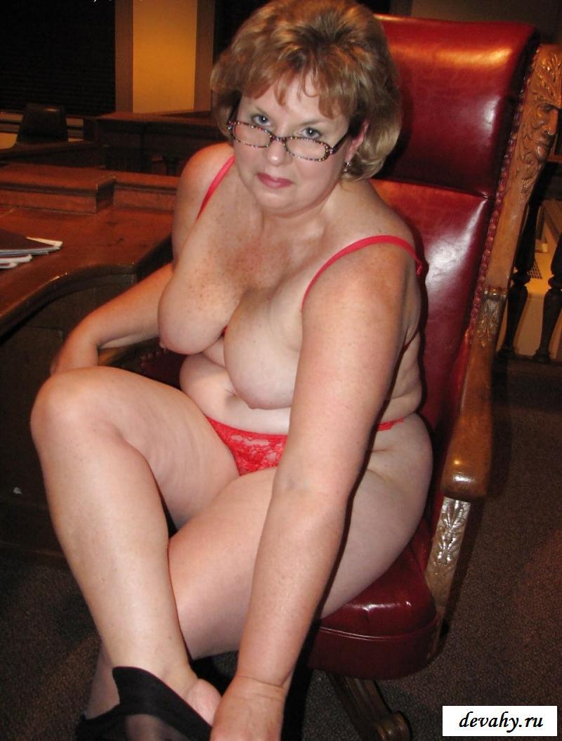 Сексуальная бабулька голая в суде разводит ножки