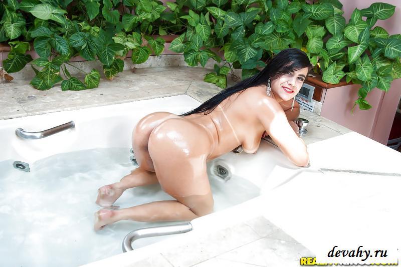 Влажные раздетые булки бразильянки