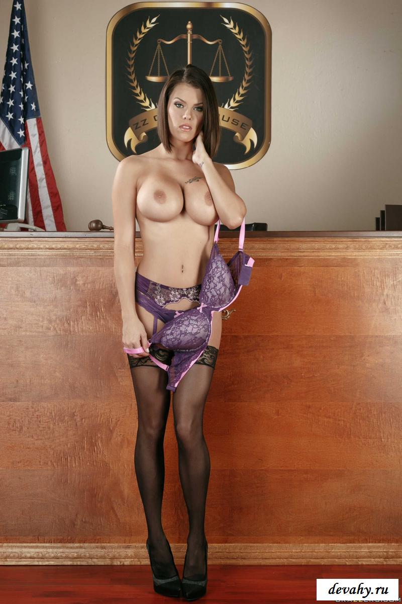 Голая американка пришла в суд (фотографии)