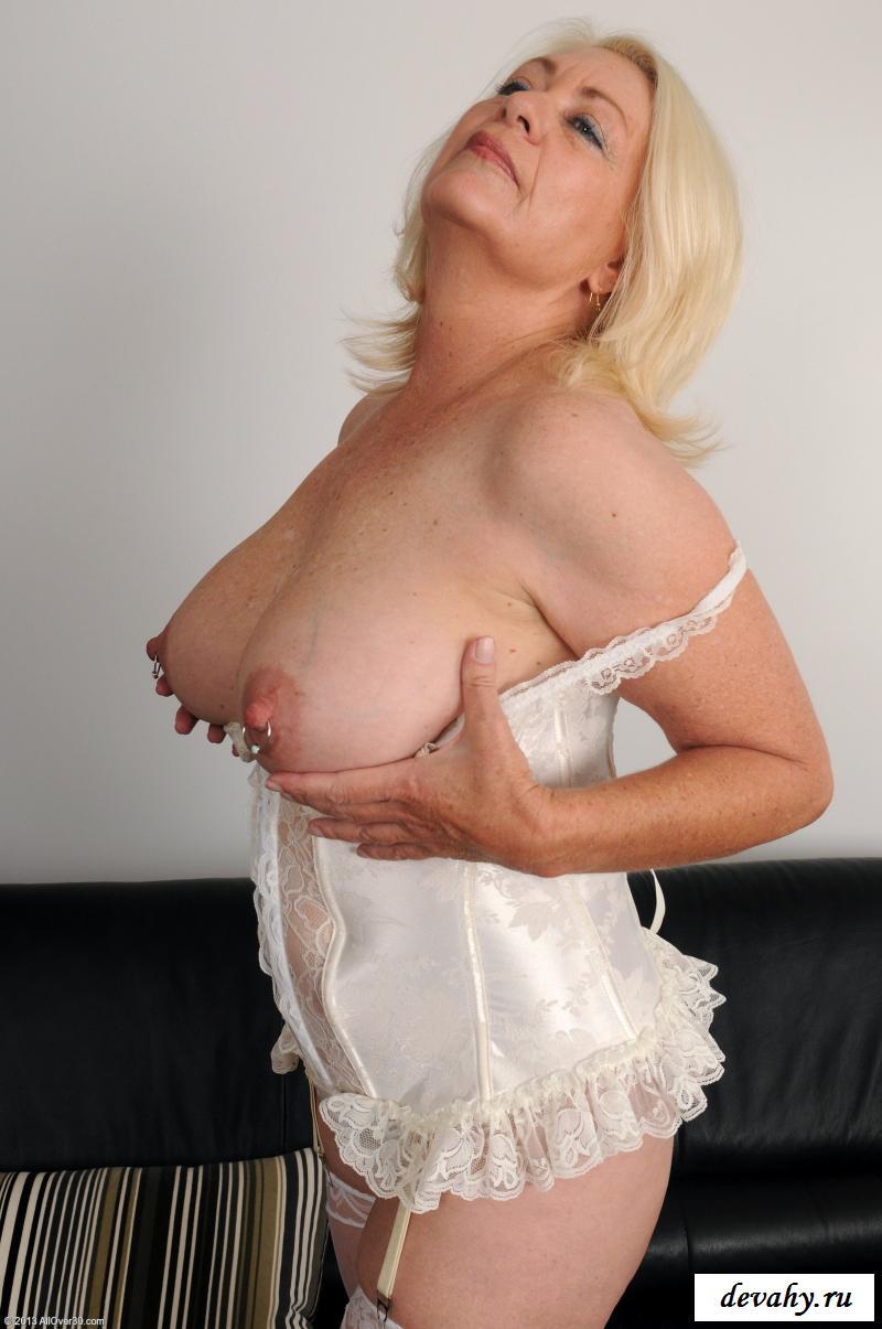 Голая особа женского пола с пирсингом на сосках секс фото