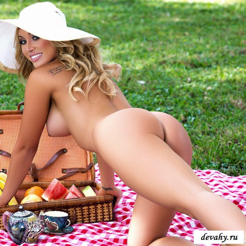 Фото голой сочной женщины на пикнике