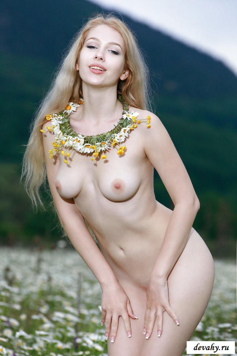 Фото голые женщины и девушки на полянах с цветами — 3