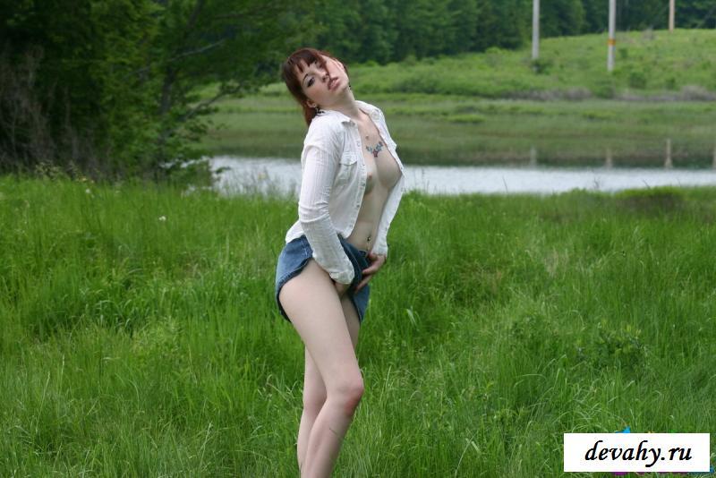 На изображениях обнаженной Юной девки на траве показала дойки