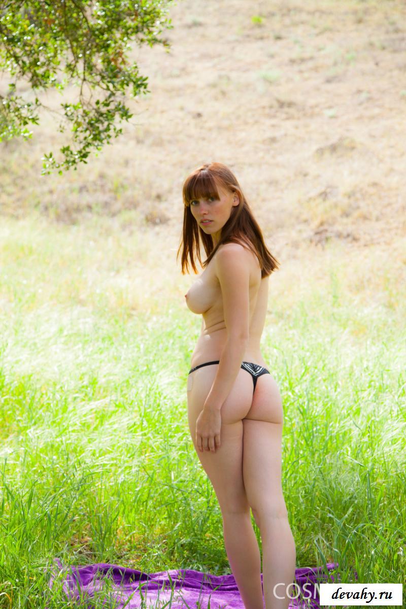 Обнаженная сбросила интимное белье на зеленой поляне