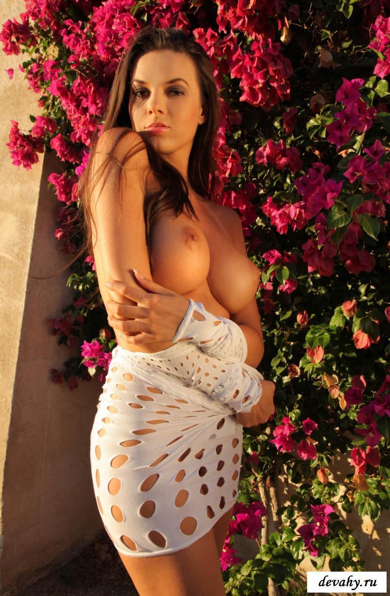 Цветочная эротика длинноногой в прозрачном коротком платье