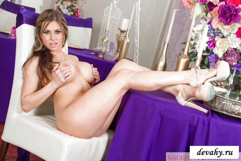 Фото голой девушки с цветами раздвинула ножки