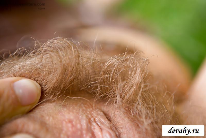 Рыжеволосая кучерявая нагая давалка красуется на траве