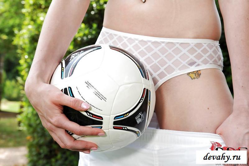 Раздетая футболистка показала грудь после тренировки на газоне
