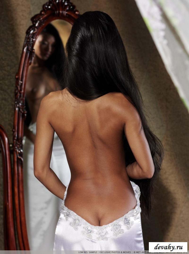 Узкоглазая любуется в зеркало своей голой пиздой
