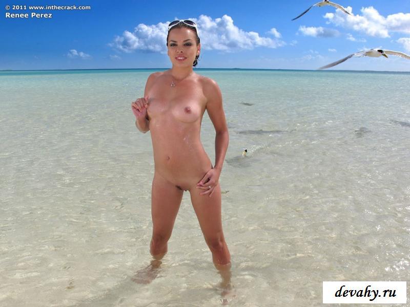 Голая девушка на море раскрыла пизду на пляже