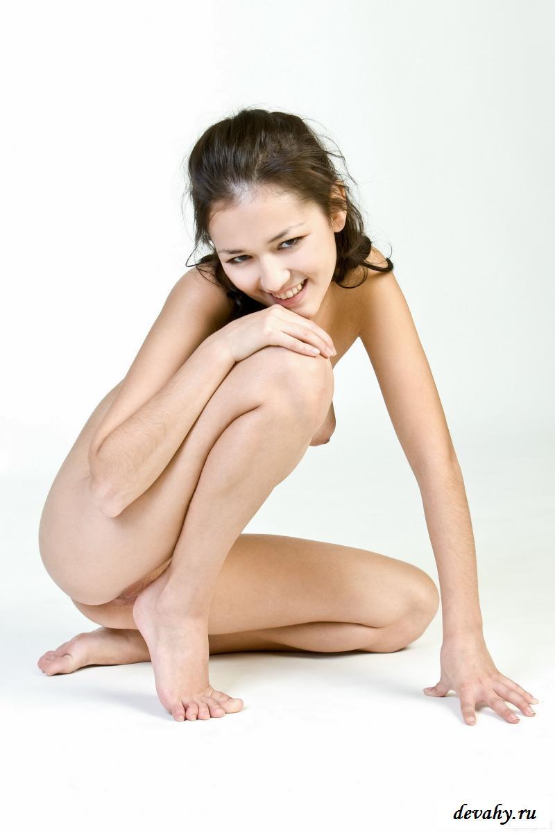 Горячая обнаженная брюнетка растопырила ножки