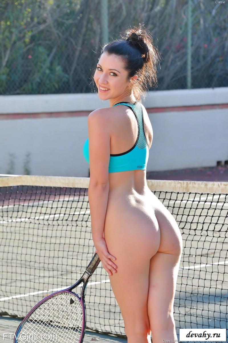 Хохотушка-девушка нагая шалит в теннис - фото
