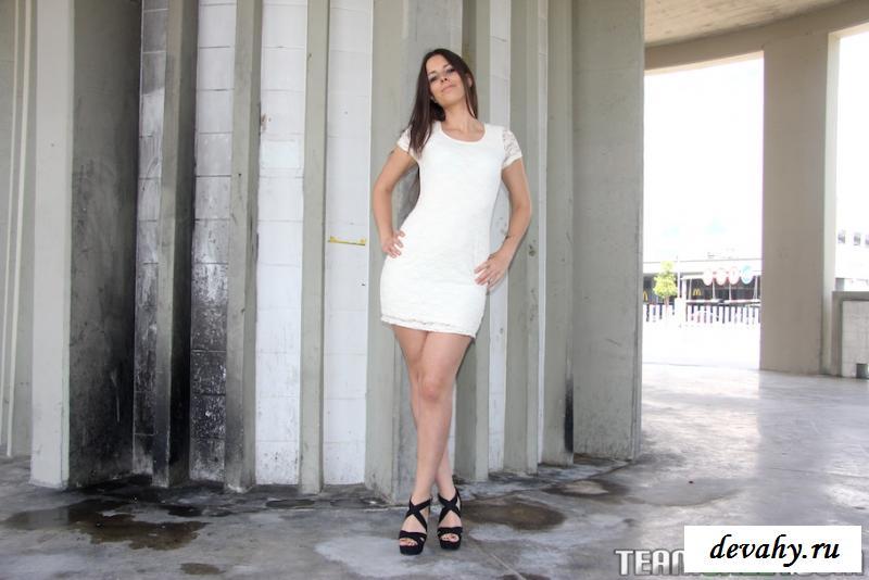 Барышня из Мадрида показала голая грудь