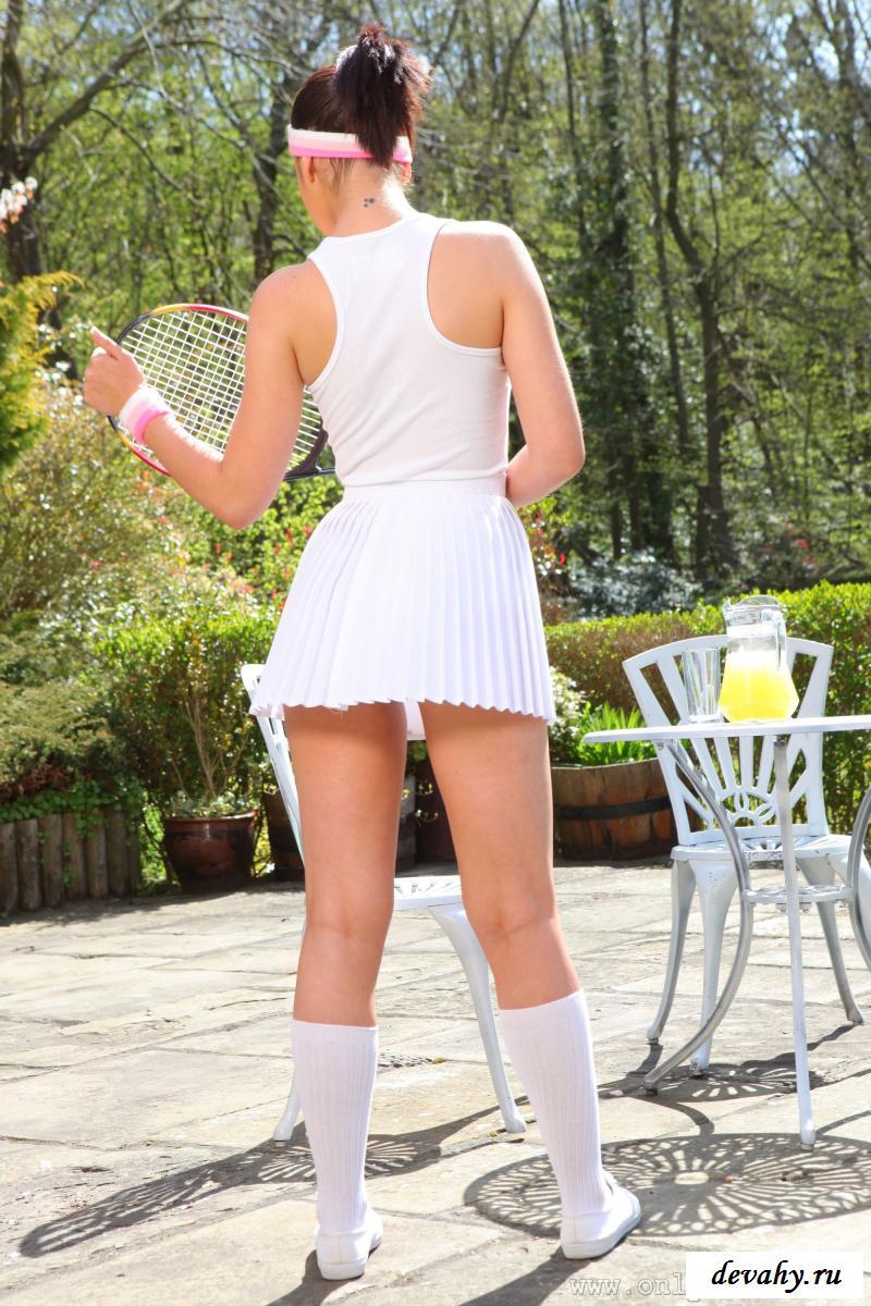 Эротично снимает спортивную униформу (фотографии)