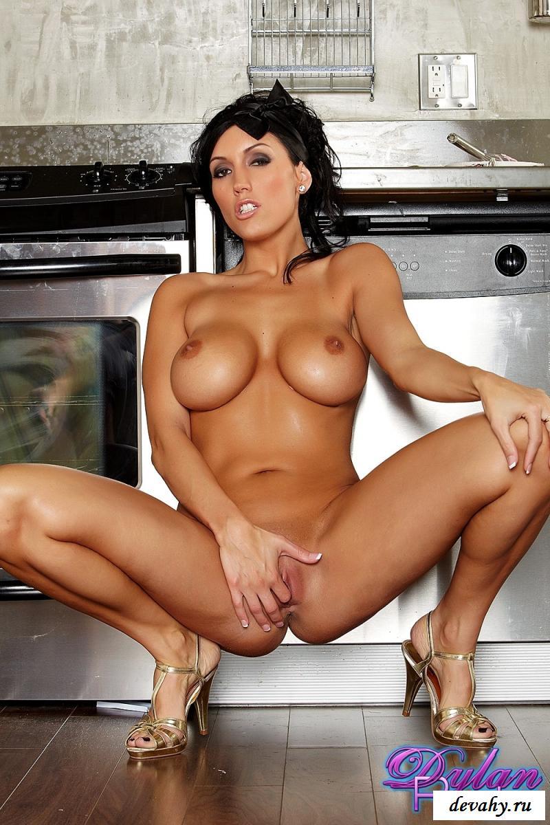 Эротичная актриса фильмов для взрослых моет пол на кухне