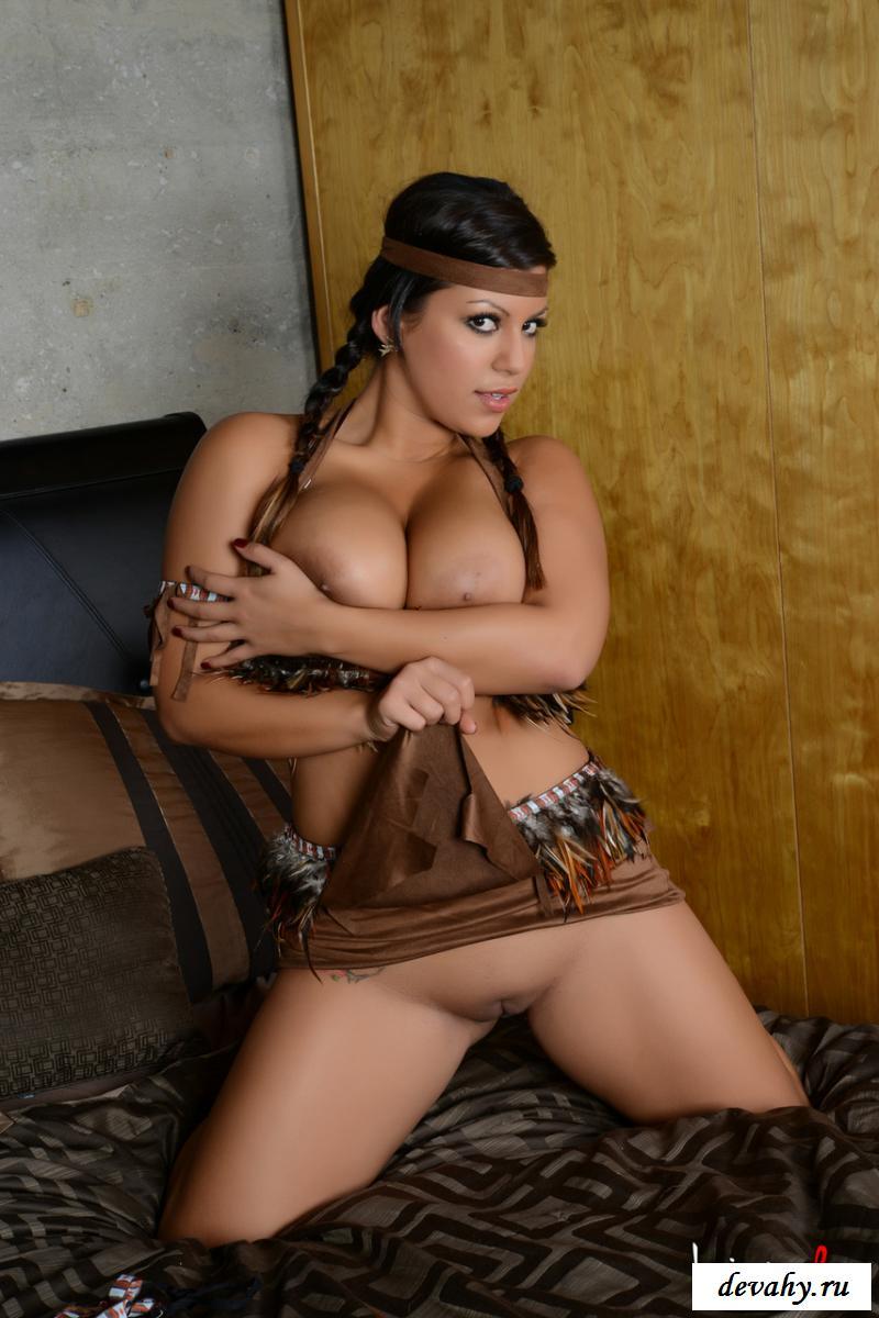 Обнаженная деваха из племени открыла пилотку