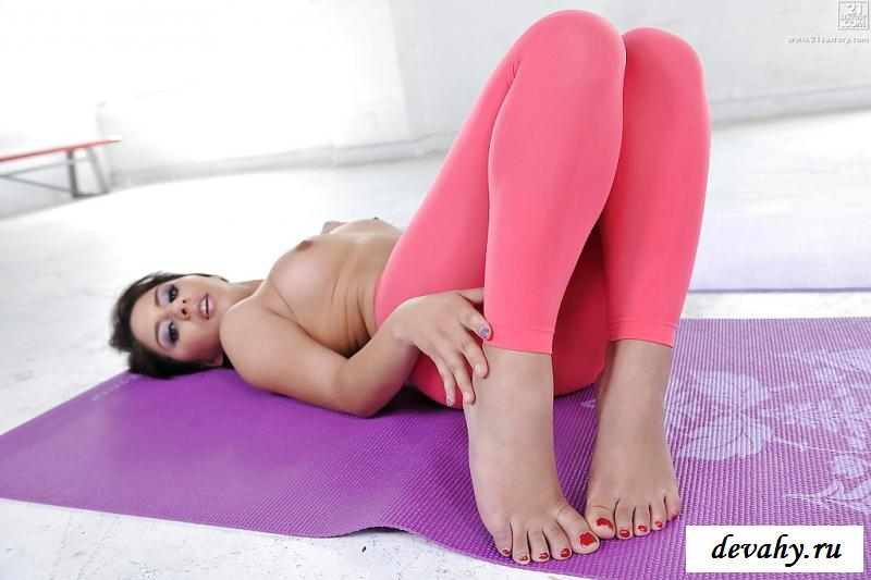 Голая не одела стринги под розовые лосины