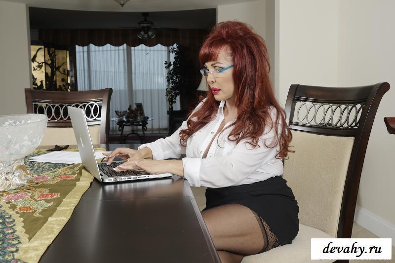 Обнаженка сексуальной состоятельной рыжеволосой зрелки с ноутбуком