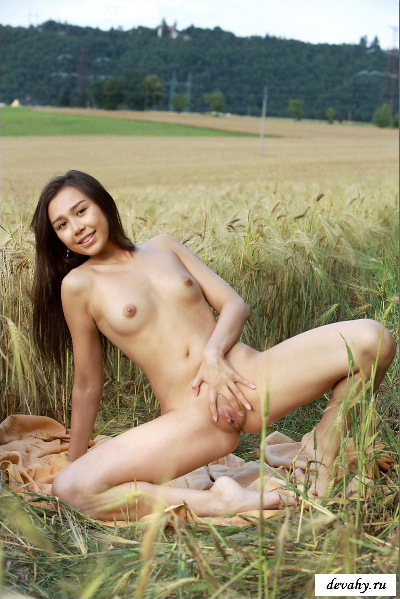 Раздетая милашка гуляет в поле
