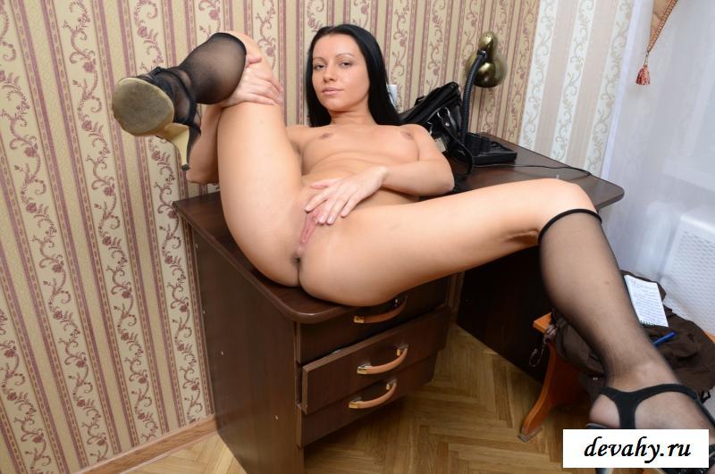 Раздетая Катя с сексуальными длинными ножками