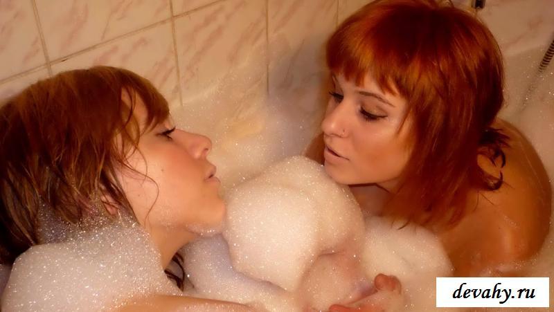 Сексуальные обнаженные лесбиянки в пене
